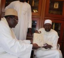 Maitre Ousmane Ngom offre un précieux cadeau au Khalif général des Tidianes pour réitérer son attachement et son amour à la TARIQA TIDJANIA.