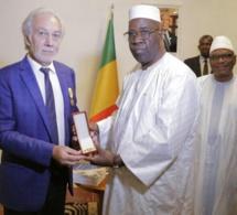 Le PDG de Eiffage Sénégal, Gérard Senac, honoré par le président du Mali.