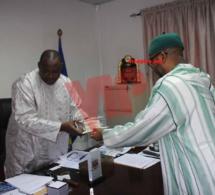 Exclusif vipeoples : Sheikh Alassane offre un sublime exemplaire du Saint Coran au Président Adama Barrow (images)