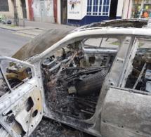 Cette voiture prend feu en plein jour sur la rue Doudeauville.