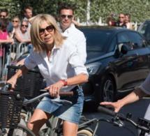 Brigitte Macron, sa balade à vélo en mini-jupe enflamme le Touquet Regardez…
