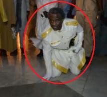 Ziar inédit de Serigne Modou KARA en position agenouillée faisant le tour de la mosquée de Touba