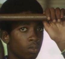 Vidéo: Quand Bouba Ndour, alors adolescent, incarnait le rôle de Youssou Ndour dans un documentaire – Regardez.