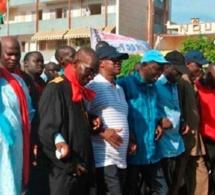 Wade et ses camarades oraganisent une manifestation de protestation en février