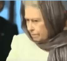 Vidéo: La reine d'Angleterre dans une mosquée pour suivre le coran