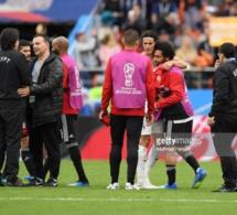 L'Egyptien Mohamed Salah consolé par l'Uruguayen Edinson Cavani à la fin du match