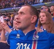 Arrêt sur images: Le Président Islandais refuse la tribune officielle pour s'asseoir dans les gradins avec ses concitoyens
