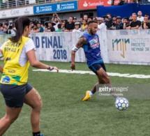Neymar joue avec des femme, et bouscule un adolescent qui lui a…