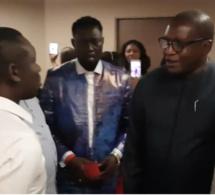 L'ambassadeur du Sénégal à Paris Bassirou Séne prie pour Pape diouf avant qu'il monte sur la scéne de Bercy.