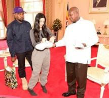 En Ouganda, Kanye West et Kim Kardashian font du pied au président