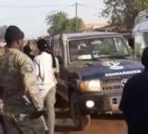Video: Sonko visé, mais la pierre a atterri dans la foule. C'est d'ailleurs ce qui a énervé ses gardes. Regardez