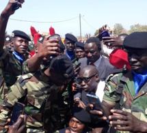 Selfie : Thione Seck pris en otage par ses fans militaires