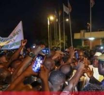 05 PHOTOS. Sommet extraordinaire de le CEDEAO : Bain de foule à l'arrivée du Président Macky Sall au Burkina