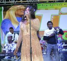 Regardez l'entrée magique sur scéne de la lionne Titi au Metzy de la Gambie .