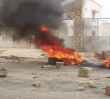 URGENT : Des jeunes manifestent devant la maison de Macky Sall …Ça Chauffe !