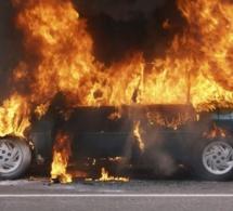 Kawteff-Thiaroye Sur Mer : Deux jeunes à bord d'un scooter mettent le feu à un véhicule
