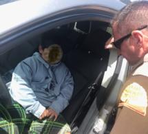 La police arrête un enfant de 5 ans au volant d'une voiture : il leur donne une explication aussi folle que mignonne (vidéo)