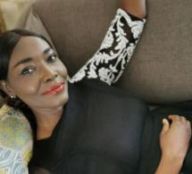 Coumba Gawlo en mode relax sur son canapé