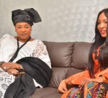 Le ministre Ndeye Saly Diop Dieng en noir-blanc pose avec la chanteuse Viviane Chidid