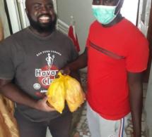 Action Sociale: Alé le fils de Madické Niang assure  l'opération Korité une famille deux poulets.