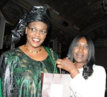 La première dame , Marième Faye sall avec son cadeau