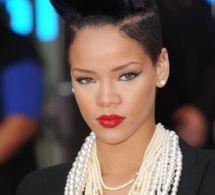 """Rihanna adopte la coupe banane ultra-noire, lors de la première UK de """"Inglourious Basterds"""",..."""