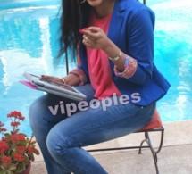 Fatima Zahra toute souriante avec son ipad !!!