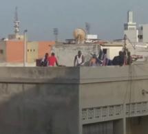 Un voleur grièvement amoché par plusieurs individus sur une terrasse