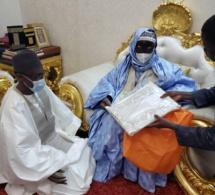 """Après lui avoir offert un boubou et un parfum, Serigne Mountakha Mbacké à Mamour Diallo: """" Sama doom nga, dii sama xarit ..."""""""