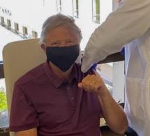 Bill Gates se fait vacciner contre le Covid-19