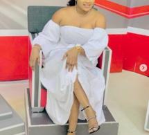 Admirez la robe blanche de Mignonne Jeanne de la Sen Tv, qui met en valeur sa beauté