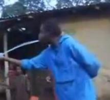 [VIDEO BUZZ] Un Africain remplit une bouteille d'eau avec sa bouche !!!