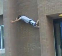 Un homme escalade la façade d'un immeuble de 10 mètres entre deux murs