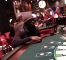 Photo: Papiss Cissé refuse de porter le maillot de Newcastle, mais il va au Casino quand même. Regardez