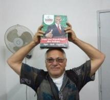 Mais que fait Ali Hadair avec les affiches de Tanor sur la tête ?