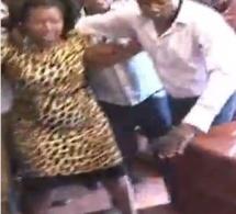 Vidéo: Un Gouverneur gifle cette femme, venue réclamer des salaires impayés. Regardez
