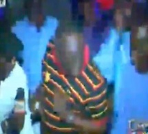 Me Elhadji Diouf en boite de nuit, il s'éclate comme pas possible, sur son de Mborokhé-mborokhé. Regardez
