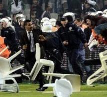 Vidéo: Le derby de Galatasaray dégénère en bagarre générale, Didier Drogba obligé de fuir. Regardez