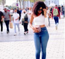 Queen Biz se balade en tenue sexy dans les rues de Paris Champs Elysées