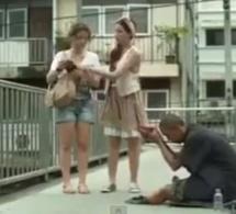 Drôle: Un mendiant démasqué de la pire des manières! Regardez
