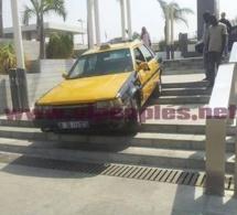 SENEGAL INSOLITE - Quand le chauffard descend des escaliers avec son taxi !