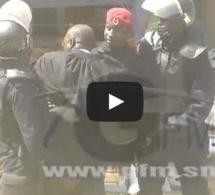 Vidéo- Me El Hadj Diouf tabassé par la police devant la maison de hisséne Habré