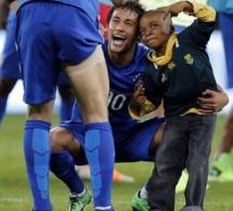 Neymar réalise le rêve d'un enfant Sud Africain: L'image qui a fait le tour du monde