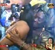 Vidéo: Titi célèbre sa maman en lui offrant un bouquet de fleurs