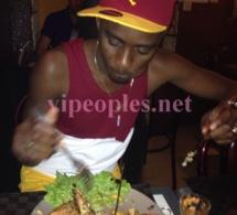 Quand Wally Seck mange, il terrasse la nourriture comme les lutteurs