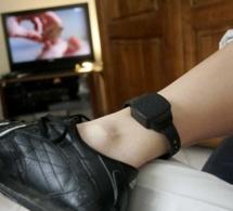 Il coupe son bracelet électronique... pour retourner en prison pour éviter sa femme