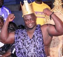 Le nouveau roi des arènes, Bombardier sur son trône et sa couronne