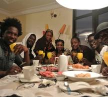 """Le groupe des trois jeunes filles: Safari partage leur """"ndogou"""" avec les mannequins"""