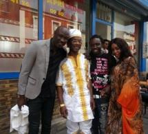 """Cheikh Ndiaye de """"Soleil le vent"""" pose avec zale Komé et Alain Djiboune les deux restaurateurs parisiens"""