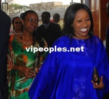 L'ex ministre Awa Ndiaye montre toutes ses dents.
